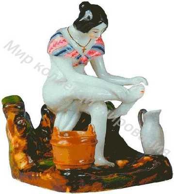 Женщина, моющая ноги