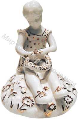 Фарфоровая статуэтка Девочка, плетущая венок