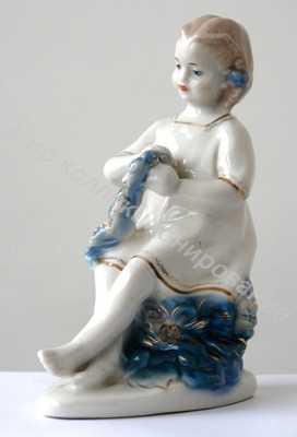 Статуэтка Девочка, плетущая венок Гжель
